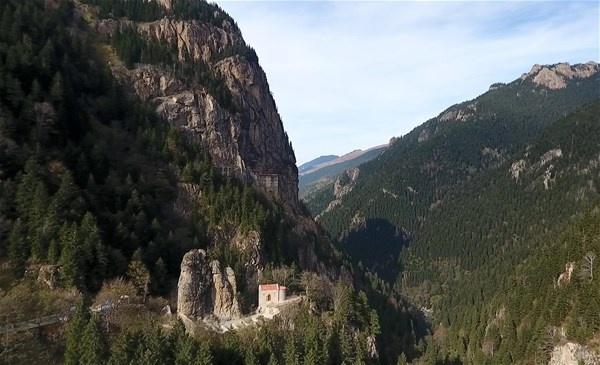 """Trabzon'un Maçka ilçesinde yaklaşık bin 600 yıllık tarihe sahip Sümela Manastırı'nda bu zamana kadar az sayıda kişi tarafından bilinen """"Gözetleme Şapeli"""" ilk kez görüntülendi.Altındere Vadisi'nde Karadağ'ın yamacında bir mağaranın..."""