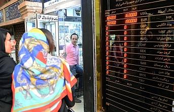 İran halkı dolar bozdurmak için sarraflara koştu