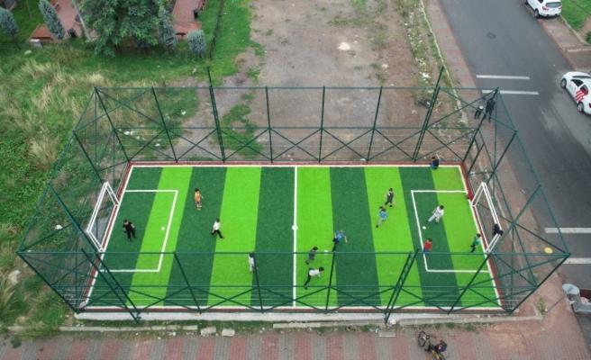 Ümraniye Belediyesinin Futbol Sahalarıyla Çocuklar Doyasıya Eğleniyor