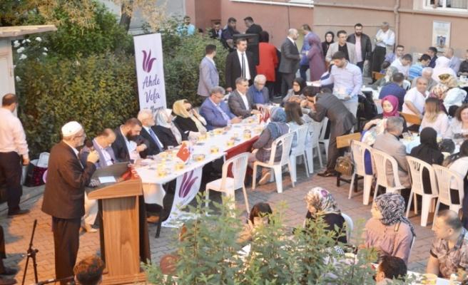 Ahde Vefa Platformu İftarına Siyaset ve Ünlü akını