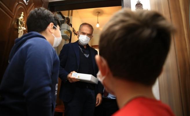 Çekmeköy'de Tablet Dağıtım Ekibinde Başkan Poyraz'da Var