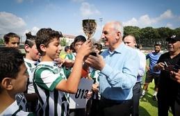 Ümraniye Belediye Başkanı İsmet Yıldırım, Dudulluspor'un U 13 Takımına Şampiyonluk Kupasını Takdim Etti